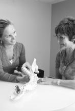 Kiropraktor forklarer pasient om ryggens anatomi
