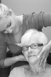Kiropraktor justere eldre dames nakke, behandler hodepine